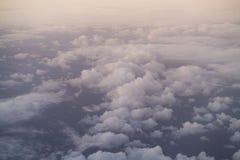 El volar sobre las nubes por la mañana Foto de archivo libre de regalías