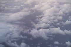 El volar sobre las nubes por la mañana Imagen de archivo libre de regalías