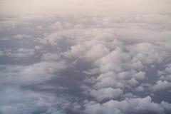 El volar sobre las nubes por la mañana Fotos de archivo libres de regalías