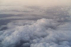 El volar sobre las nubes por la mañana Imágenes de archivo libres de regalías