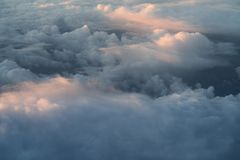 El volar sobre las nubes por la mañana Imagen de archivo