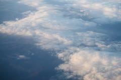 El volar sobre las nubes por la mañana Fotos de archivo