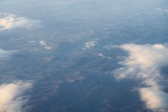 El volar sobre las nubes por la mañana Foto de archivo