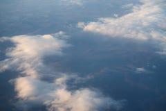 El volar sobre las nubes por la mañana Fotografía de archivo