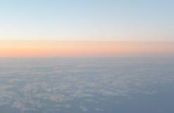 El volar sobre las nubes visión desde el aeroplano, foco suave Fotos de archivo libres de regalías