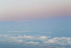El volar sobre las nubes visión desde el aeroplano, foco suave Imagen de archivo libre de regalías