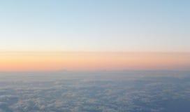 El volar sobre las nubes visión desde el aeroplano, foco suave Imagen de archivo