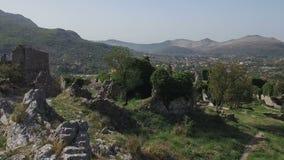 El volar sobre las ruinas de la pared hacia el valle con el pueblo europeo metrajes