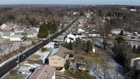 El volar sobre los hogares de Pennsylvania en invierno metrajes