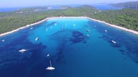 El volar sobre los yates y los barcos de navegación en una bahía dálmata almacen de metraje de vídeo