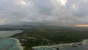 El volar sobre Mauritius Island con las nubes bajas almacen de metraje de vídeo