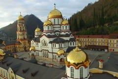 El volar sobre el monasterio cristiano en nuevo Athos en tiempo nublado almacen de metraje de vídeo