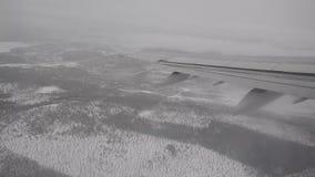 El volar sobre paisaje del invierno con nieve metrajes