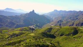 El volar sobre paisaje enorme y las montañas en Gran Canaria almacen de metraje de vídeo
