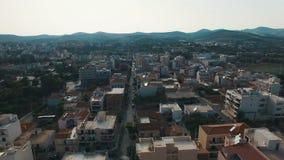 El volar sobre pequeña ciudad en Southern Europe en la puesta del sol Aerial Cityscape metrajes