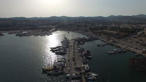 El volar sobre el puerto deportivo y el puerto de Lavrio Yates, barcos de vela, barcos de cruceros metrajes
