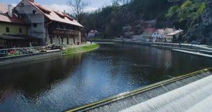 El volar sobre el río en Cesky Krumlov Visión aérea hermosa almacen de metraje de vídeo