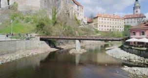 El volar sobre el río en Cesky Krumlov Visión aérea hermosa, castillo almacen de video
