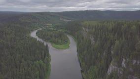El volar sobre el río hermoso de la montaña y el clip hermoso del bosque Vista aérea del río místico en la salida del sol con nie almacen de video
