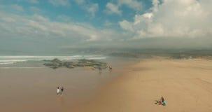 El volar sobre Sandy Beach y olas oceánicas vacíos almacen de metraje de vídeo