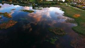 El volar sobre un lago hermoso Reflexión de nubes en el lago Cámara de aire Opinión del paisaje Rusia, Krasnodar, Lotus almacen de video
