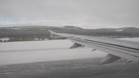 El volar sobre un paisaje del invierno almacen de metraje de vídeo