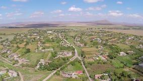 El volar sobre un pequeño pueblo en Rumania