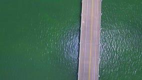 El volar sobre un puente almacen de metraje de vídeo