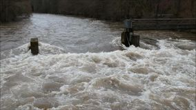 El volar sobre un río inundado en invierno almacen de video