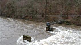 El volar sobre un río inundado en invierno metrajes