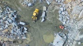 El volar sobre una mina de piedra almacen de metraje de vídeo