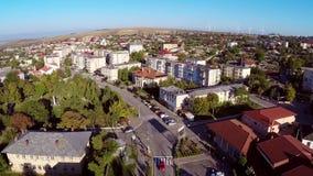 El volar sobre una pequeña ciudad en Rumania metrajes