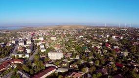 El volar sobre una pequeña ciudad en Rumania