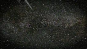El volar a través de campos de estrella en espacio negro almacen de video