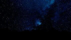 El volar a través de campos de estrella en espacio profundo Puntos que oscilan mágicos o líneas del vuelo que brillan intensament ilustración del vector