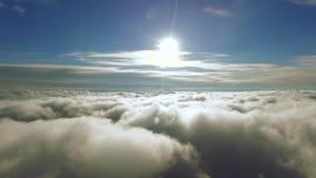 El volar a través de las nubes hacia The Sun A través de las nubes al sol resolución 4K metrajes