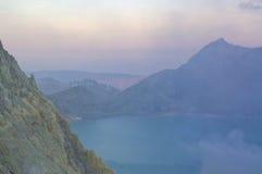 El volcán de Ijen en Java Oriental contiene el lago volcánico ácido más grande del cráter del mundo, llamado Kawah Ijen foto de archivo libre de regalías