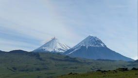 El volcán de Kamchatka Colina de Klyuchevskaya La naturaleza de Kamchatka, de montañas y de volcanes imágenes de archivo libres de regalías