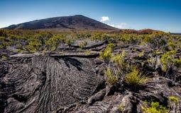 El volcán de Piton de La Fournaise con lava fluye Fotos de archivo libres de regalías