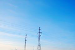 El voltaje y la línea eléctrica de la electricidad Fotografía de archivo libre de regalías