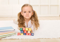 El volver no demasiado feliz de la niña a la escuela Imágenes de archivo libres de regalías