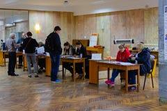 El votante consigue la votación en la estación del voto Elección del presidente de Ucrania imagen de archivo