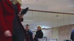 El votante masculino joven pone la votaci?n en urna Elecci?n del presidente de Ucrania Observadores de diverso monitor de los par