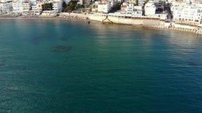 El vuelo aéreo a lo largo de la agua de mar verde, hoteles vara en la costa costa de Grecia del centro turístico metrajes