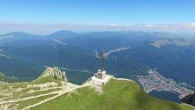El vuelo aéreo sobre los héroes cruza en el pico de Caraiman, Rumania, inclinación metrajes