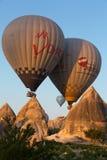 el vuelo con el globo en la salida del sol Imagen de archivo