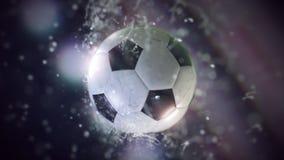 El vuelo del balón de fútbol a través del agua cae la cámara lenta 4k stock de ilustración
