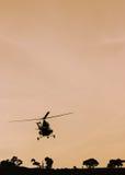 El vuelo del helicóptero de la patrulla en el cielo foto de archivo