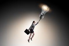 El vuelo del hombre de negocios en el globo de la lámpara imagen de archivo