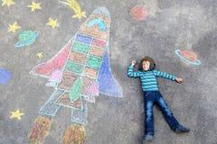 El vuelo del muchacho del niño por un transbordador espacial marca la imagen con tiza Imagen de archivo libre de regalías